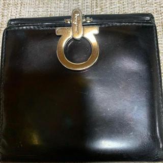 フェラガモ(Ferragamo)のフェラガモ折り財布  エナメル黒(財布)