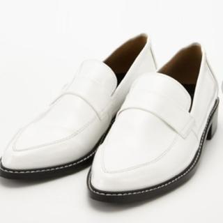 マウジー(moussy)の新品未使用 MOUSSY SHINY LOAFER 白  L 24〜24.5(ローファー/革靴)