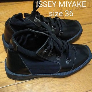 イッセイミヤケ(ISSEY MIYAKE)のISSEY MIYAKE 36 編み上げブーツ(ブーツ)