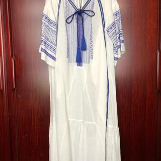 アウラアイラ(AULA AILA)の新品タグ付き AULA AILA  アウラアイラ白にブルーの刺繍麻ドレス(ロングワンピース/マキシワンピース)