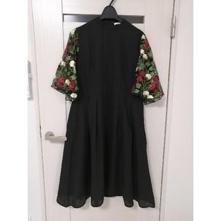メルロー(merlot)のsale!新品メルローmerlot plus花刺繍チュール袖ワンピース☆黒(ミディアムドレス)