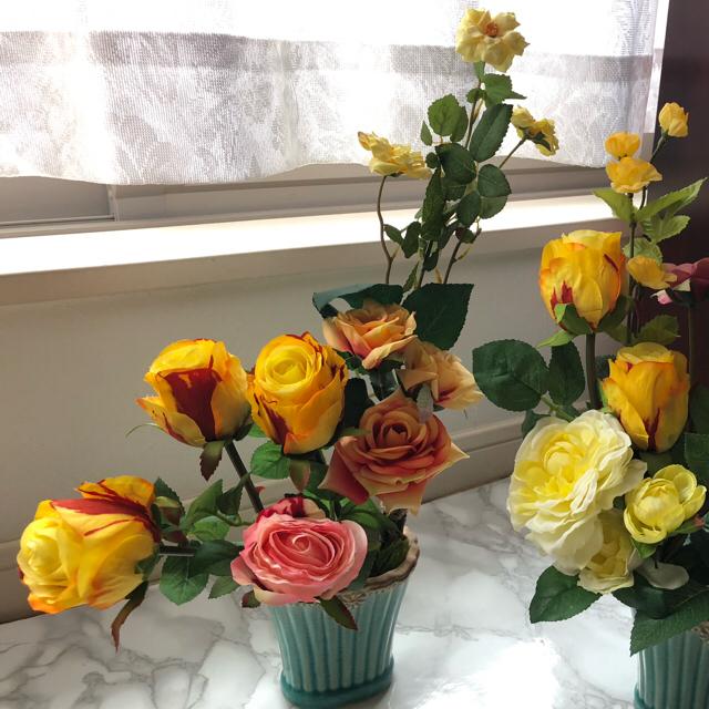3種の黄バラとピンク色のバラを緑色の縁飾りのある陶器の花器にアレンジしました の通販 By Akki S Shop ラクマ