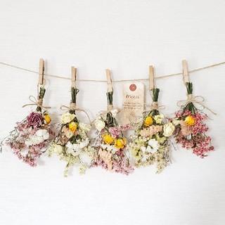 ミニバラとハイブリッドスターチス彩り小花のボリュームスドライフラワーガーランド(ドライフラワー)