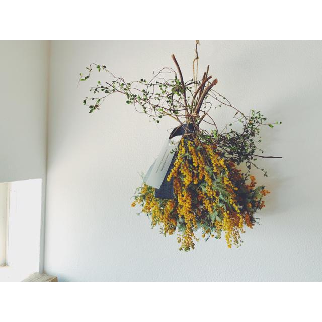 ミモザのドライスワッグとワイヤープランツリース ユーカリ一本枝スワッグのセットK ハンドメイドのフラワー/ガーデン(ドライフラワー)の商品写真