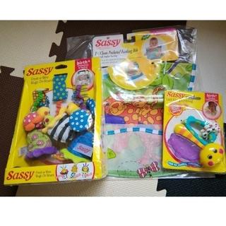 サッシー(Sassy)のサッシー 赤ちゃんのおもちゃ エプロン 2点set(がらがら/ラトル)