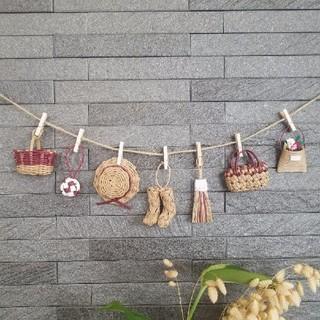 ラズベリー色★ミニチュアカゴや帽子のガーランド エコクラフト 壁飾り(インテリア雑貨)