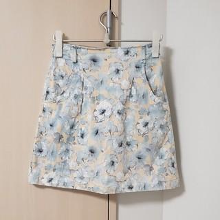 ミスティウーマン(mysty woman)の花柄台形スカート(オレンジ×青)(ひざ丈スカート)