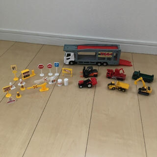 タカラトミー(Takara Tomy)のトミカ 工事車両 キャリアカー & 小物 セット(電車のおもちゃ/車)