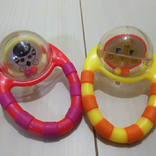 Sassy(サッシー)のsassy  フリップ&グリップラトル 2個セット キッズ/ベビー/マタニティのおもちゃ(がらがら/ラトル)の商品写真