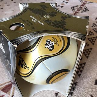 アディダス(adidas)のFIFA ワールドカップ2006ドイツ大会 決勝公式球 +チームガイスト5号球(記念品/関連グッズ)