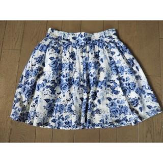 エイチアンドエム(H&M)の花柄 スカート 白 青 バラ(ひざ丈スカート)