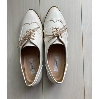 リゾイ(REZOY)のREZOY 白 ローファー 23(ローファー/革靴)