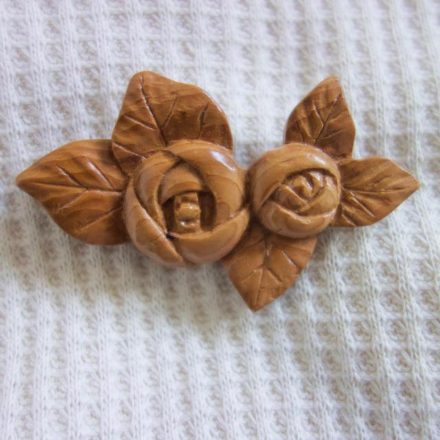 バラ木製ブローチ(赤) ハンドメイドのアクセサリー(コサージュ/ブローチ)の商品写真