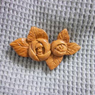 バラ木製ブローチ(赤)(コサージュ/ブローチ)
