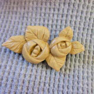 バラ木製ブローチ ホオノキ(コサージュ/ブローチ)