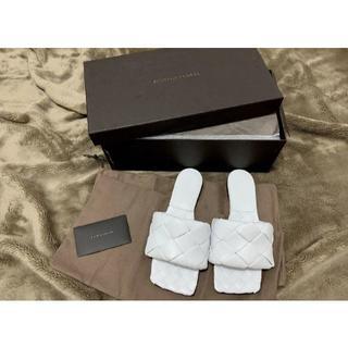 ボッテガヴェネタ(Bottega Veneta)の今季新品 ボッテガヴェネタ 全国完売本物 パデッドサンダル 38 白(サンダル)