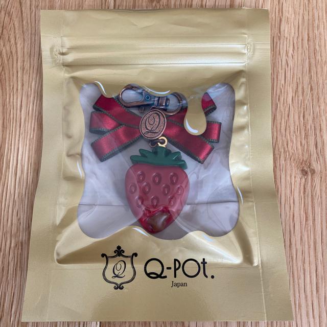 Q-pot.(キューポット)の【定価¥9,900】Q-pot ストロベリーガナッシュバックチャーム レディースのアクセサリー(チャーム)の商品写真