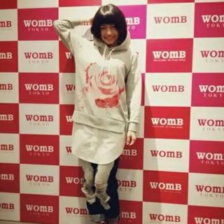 ウーム(WOmB)のアニソン  DJ サオリリスさん着用 WOmB バラ柄シャツ付パーカー ウーム(パーカー)