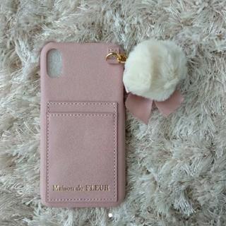 メゾンドフルール(Maison de FLEUR)のメゾンドフルール ポケットファーチャームiPhoneXRケース(iPhoneケース)