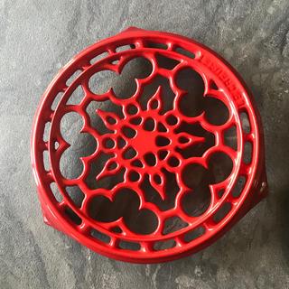 ルクルーゼ(LE CREUSET)のル・クルーゼ鍋敷き 赤 廃盤品(キッチン小物)