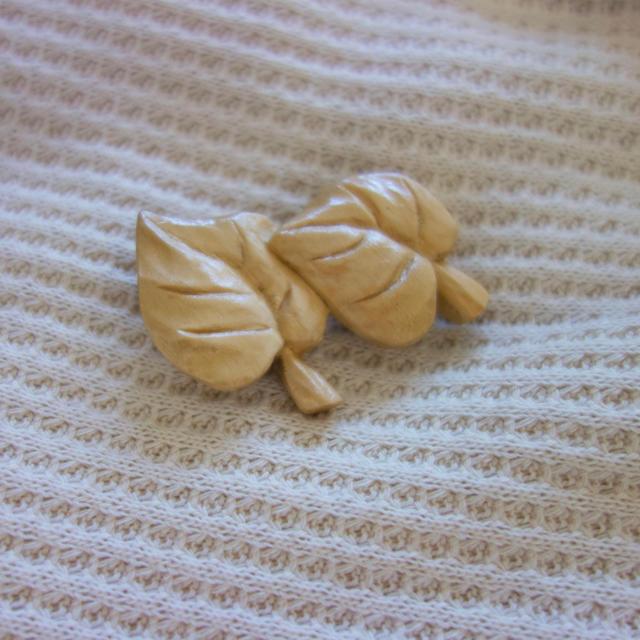 2枚葉の木製ブローチ ハンドメイドのアクセサリー(コサージュ/ブローチ)の商品写真