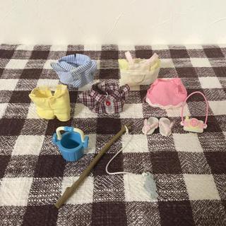 エポック(EPOCH)のシルバニアファミリーキッズ子ども服遊び着セット釣り具カメラサンダル付き(キャラクターグッズ)
