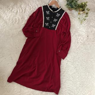 【プリマカシ】新品タグ付き 長袖刺繍ワンピース 赤 定価26852円(ひざ丈ワンピース)