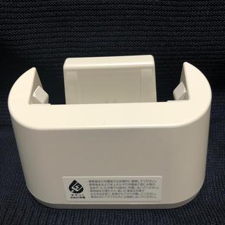 エヌティティドコモ(NTTdocomo)のらくらくスマートフォン ドコモ F46卓上ホルダ(その他)