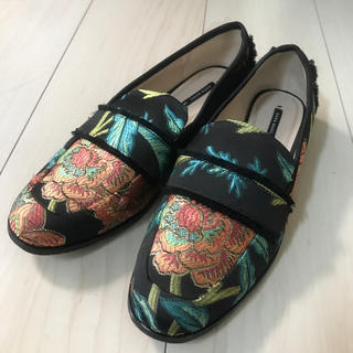 ザラ(ZARA)のzara 刺繍ローファー(ローファー/革靴)