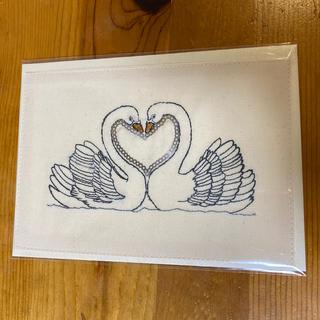 アッシュペーフランス(H.P.FRANCE)のコーラルアンドタスク 刺繍カード LOVE SWAN(写真/ポストカード)