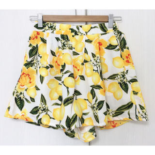 ローリーズファーム(LOWRYS FARM)のdukkah WEGO レモン花柄 ショートパンツ キュロット イエロー(ショートパンツ)