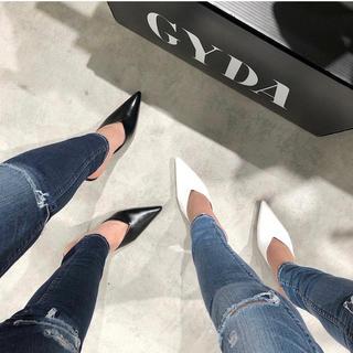 ジェイダ(GYDA)のGYDA 新品 Vカットポインテッドミュール ホワイト Mサイズ(ミュール)
