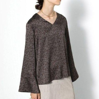 SENSE OF PLACE by URBAN RESEARCH - 新品 レトロVネックブラウス 花柄 サテン生地