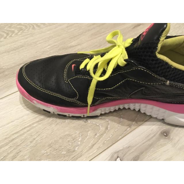 NIKE(ナイキ)のNIKE ナイキ スニーカー 黒 ブラック ピンク 25.5cm レディースの靴/シューズ(スニーカー)の商品写真