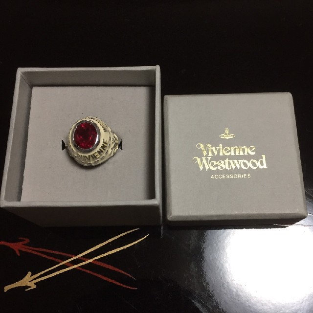 Vivienne Westwood(ヴィヴィアンウエストウッド)のvivienne westwood カレッジリング ホワイト【SALE】 レディースのアクセサリー(リング(指輪))の商品写真