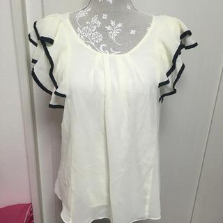 セシルマクビー(CECIL McBEE)の袖フリル トップス(シャツ/ブラウス(半袖/袖なし))