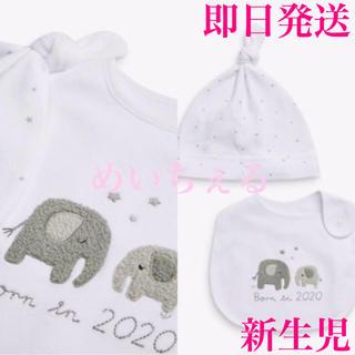 NEXT - 【即納】ホワイト Born In 2020よだれかけ&帽子セット(ベビー)新生児