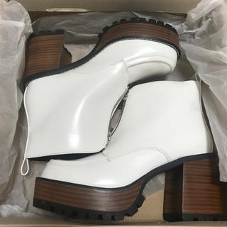 ジーナシス(JEANASIS)の【完全未使用】ジーナシス ジップデザインヒールブーツ ホワイト ブーツ M(ブーツ)