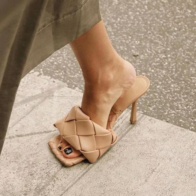 Bottega Veneta(ボッテガヴェネタ)のスクエアトゥサンダル レディースの靴/シューズ(サンダル)の商品写真