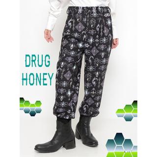 ファンキーフルーツ(FUNKY FRUIT)の緊急SALE【DrugHoney】アンティークブローチ柄パンツ★グリーン(ワークパンツ/カーゴパンツ)