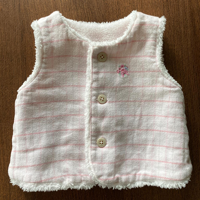 familiar(ファミリア)のファミリア リバーシブルベスト ピンク 60 キッズ/ベビー/マタニティのベビー服(~85cm)(カーディガン/ボレロ)の商品写真