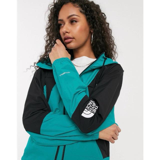 THE NORTH FACE(ザノースフェイス)の【Sサイズ】新品 THE NORTH FACE ウィンドジャケット グリーン レディースのジャケット/アウター(その他)の商品写真