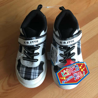 ニシマツヤ(西松屋)の光る靴 16㎝ ピンク×ブラック×ホワイトスニーカーチェック迷彩スリッポン西松屋(スニーカー)
