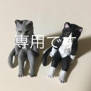 座るネコ2体(キャラクターグッズ)