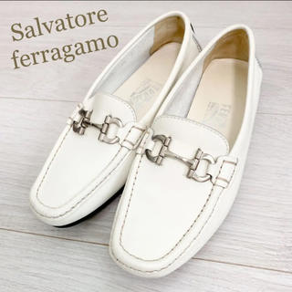 Salvatore Ferragamo - 新品同様!フェラガモ 22.0 本革 イタリア製 ホワイト パンプス 革靴