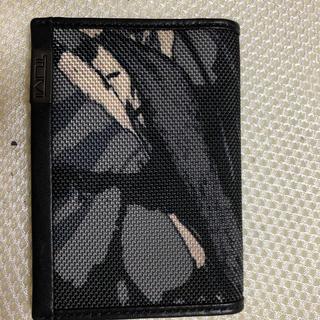 トゥミ(TUMI)のTUMI  トゥミ カードケース 名刺・定期入れ 白黒豹柄 ほぼ新品(名刺入れ/定期入れ)