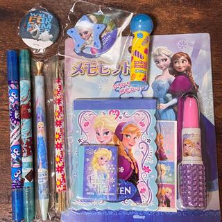 ディズニー(Disney)の新品❤ディズニー❤アナと雪の女王❤メモ帳/缶バッチ/ペン❤エルサ/アナ/アナ雪(キャラクターグッズ)