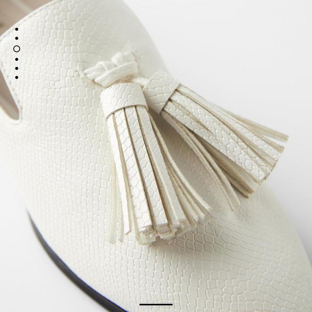 ZARA(ザラ)の大人気🤍ZARAタッセル付きモカシンローファー白ホワイト🤗美品35 レディースの靴/シューズ(ローファー/革靴)の商品写真