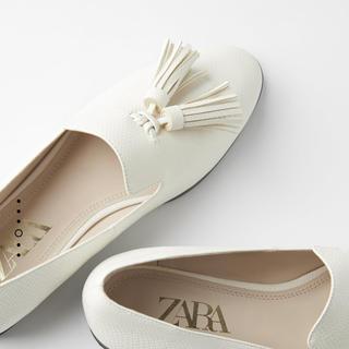 ザラ(ZARA)の大人気🤍ZARAタッセル付きモカシンローファー白ホワイト🤗美品35(ローファー/革靴)