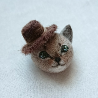 帽子をかぶった風来坊のアビシニアンミニ ブローチ(コサージュ/ブローチ)